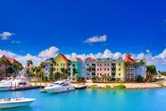 <br>Casas frente al mar de colores pastel en Nassau