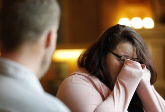 Una mujer se encuentra frente a frente con el hombre que recibió el rostro de su esposo muerto