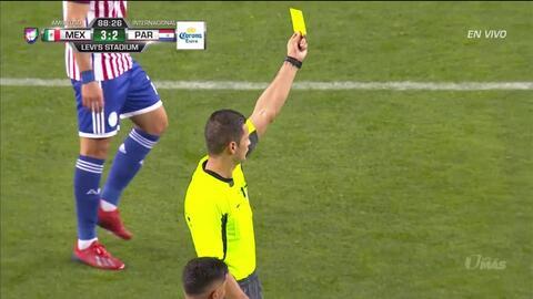 Tarjeta amarilla. El árbitro amonesta a Luis Montes de Mexico