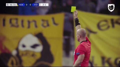 Tarjeta amarilla. El árbitro amonesta a Attila Fiola de MOL Vidi
