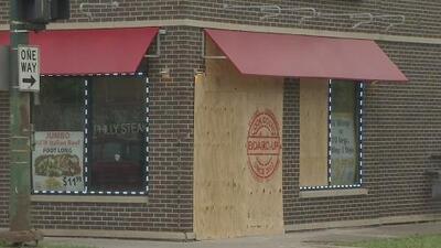 Un policía fuera de servicio enfrenta un DUI después de chocar contra un restaurante y ocasionar la muerte de una mujer