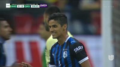 ¡CERCA!. Jaime Gómez disparó que se estrella en el poste.