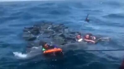(Video) Narcos logran salvar su vida usando la droga como flotadores en el mar