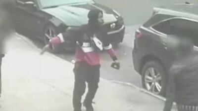 En video: Sospechoso golpea a tres empleados de una tienda durante un intento de robo