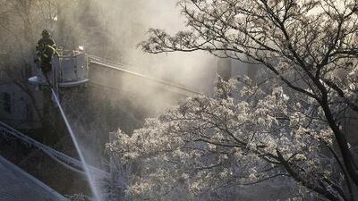 El desafío de apagar incendios a -22 grados Fahrenheit: el frío extremo complica a bomberos