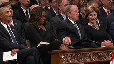 El entrañable momento entre Bush y Michelle Obama en el funeral de McCain que se ha vuelto viral
