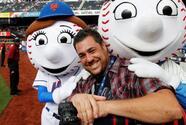 Mets honran en su estadio a fotógrafo fallecido por COVID-19