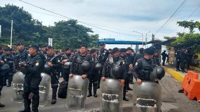 Enfrentamientos entre migrantes de la segunda caravana y policías en la frontera