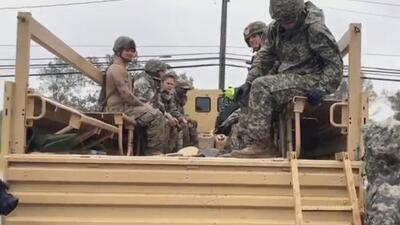 Soldados y voluntarios trabajan para evitar que se inunde una iglesia en Carolina del Norte