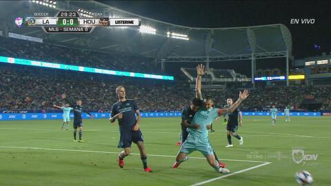 Ibrahimović desde el punto de penal anota el 1-0 sobre el Dynamo
