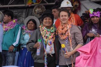 Edward Norton de carnaval en Bolivia con Evo Morales