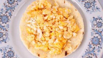Huevos cremosos con arepa de quinoa y chía   Reto 28