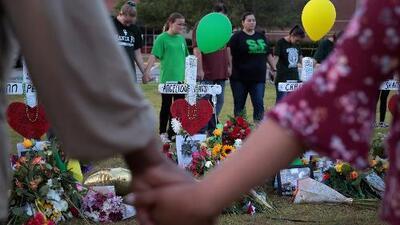 Maestros regresan a la preparatoria Santa Fe luego del tiroteo que dejó 10 personas muertas