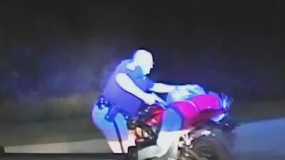 Sale a la luz el video de un oficial que con un puñetazo derriba a un motociclista con las manos en alto