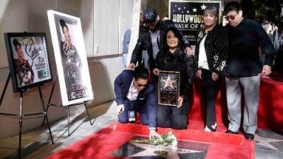 Con rosas blancas y un beso de Chris Pérez, se inauguró la estrella de Selena en Hollywood
