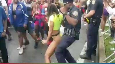 (Video) Policía es grabado perreando con una chava en tanga durante desfile en Nueva York