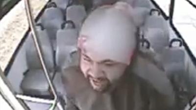 Atacan violentamente al conductor de un autobús en San Bernardino