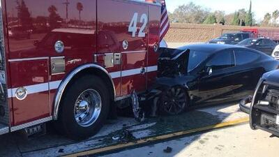 Conductor culpa sistema de manejo autónomo de Tesla por choque en Los Ángeles