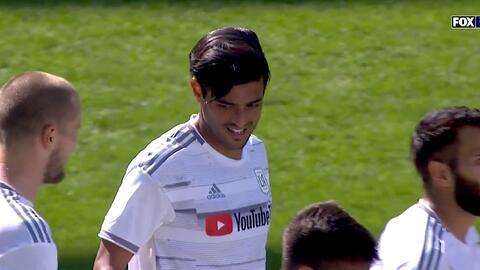 Carlos Vela pone una hermosa asistencia 'a tres dedos' y Diego Rossi la manda a guardar