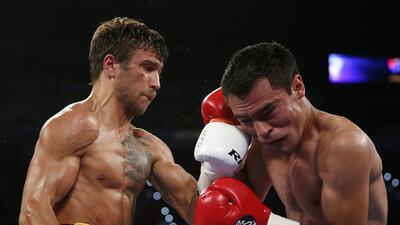 Vasyl Lomachenko tuvo fácil pelea ante Rómulo Koasicha, retuvo título pluma OMB