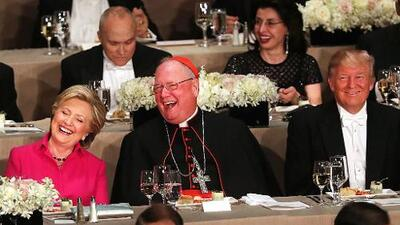Insultos, abucheos y alguna broma: Trump rompe las reglas hasta en la cena con el arzobispo de Nueva York