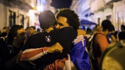 Con cantos, abrazos y alzando banderas de Puerto Rico: así celebran en la isla el anuncio de la renuncia de Rosselló