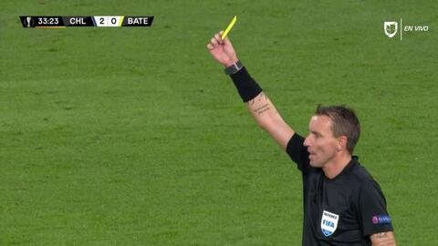 Tarjeta amarilla. El árbitro amonesta a Alyaksandr Hleb de BATE Borisov