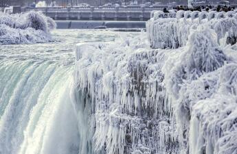 En fotos: El gélido escenario que rodea a las Cataratas del Niágara anticipa que sus aguas podrían congelarse para enero de 2018