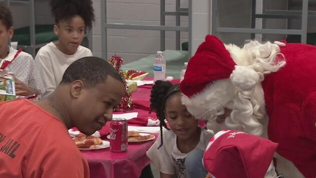 Entregan regalos navideños a hijos de veteranos de guerra presos en Texas