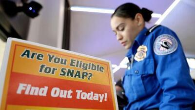 El gobierno considera un plan que busca deportar a residentes legales que han utilizado beneficios públicos