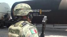 México despliega tropas en vías férreas para evitar que los migrantes se enganchen al tren hacia el norte