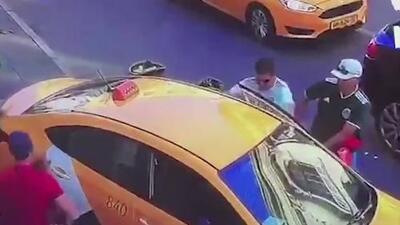 Impactantes imágenes de un taxista atropellando aficionados en Rusia