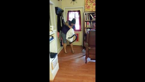 En video: Una mujer utiliza una funda de almohada para atrapar una serpiente de seis pies