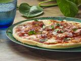 Pizza de carnes en el sartén