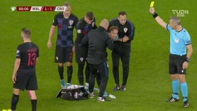 Tarjeta amarilla. El árbitro amonesta a Luka Modric de Croatia