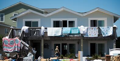 """""""Sin servicios públicos hasta el viernes"""": Habitantes de Oak Island sufren los daños colaterales de Isaías"""