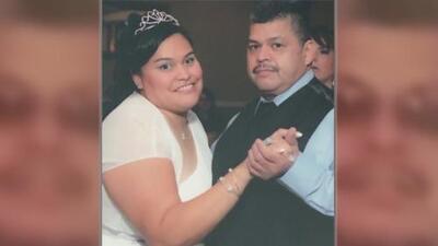Familia hispana llora la muerte de uno de los suyos durante el tiroteo en una fábrica de Aurora, Illinois