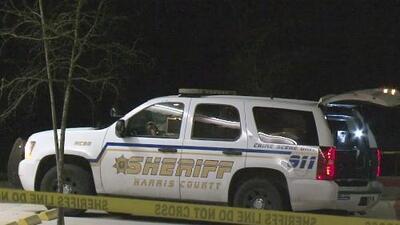 Salía de una farmacia y fue baleado por un sospechoso que intentó robarle su vehículo