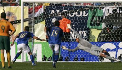Historias de Mundiales: el penalti a favor de Italia en 2006 al que muchos llamaron 'robo'