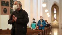 Disminuyen las restricciones contra el coronavirus en las iglesias católicas de Chicago: conoce los cambios