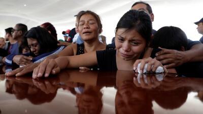 Los funerales de los policías masacrados: desgarradoras escenas de las familias entre llantos y gritos