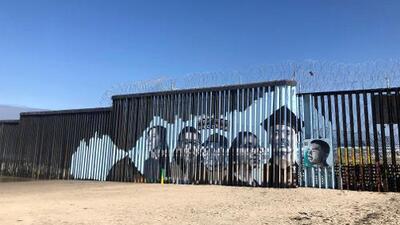 Jóvenes del Valle Central pintan mural en la frontera con Tijuana para humanizar la deportación