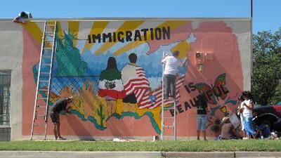 Estos dos vecindarios viven separados: un mexicano los quiere unir usando el arte
