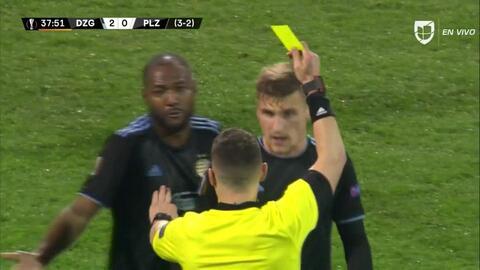 Tarjeta amarilla. El árbitro amonesta a Emir Dilaver de Dinamo Zagreb