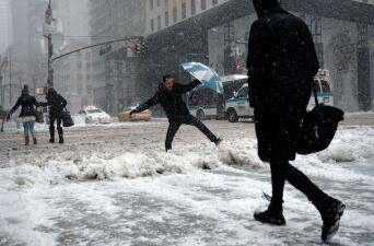 Entre acumulaciones de nieve y condiciones peligrosas, así luce la tormenta invernal en NY