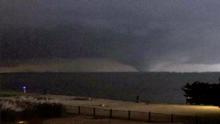 ¿Sabes cuál es la manera más segura de reaccionar si un tornado te sorprende dentro de un automóvil?