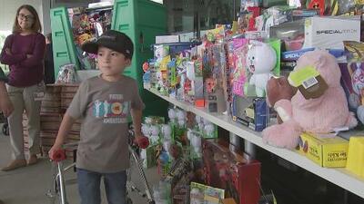 Un niño con 'huesos de cristal' pide juguetes en sus cumpleaños y se los obsequia a otros pequeños enfermos