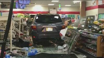 En video: Un auto a gran velocidad choca contra una tienda y destruye todo a su paso