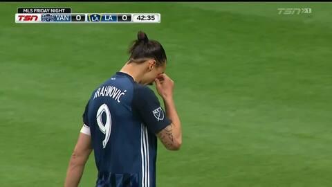 Zlatan cerca de marcar el primero para el Galaxy con tiro libre que rozó la portería de Vancouver