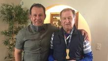 Lo prometido es deuda... Reynoso regala medalla a Enrique Meza